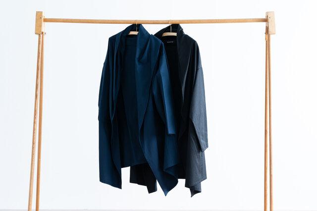 シックな「ネイビー」と「ブラック」の2色展開。どんなスタイルにも馴染むベーシックなカラーです。