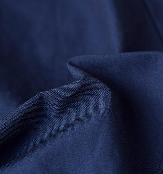 程よくハリ感のあるコットン素材を使用しているので、絶妙なふくらみや襟元の立ち具合など、絶妙なシルエットを演出してくれます。裏地も付けていないので、もたつくことなく着用できます。