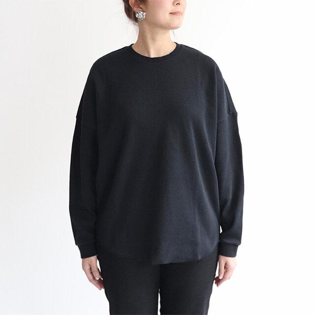 肩の落ちたゆったりラインと裾に向けて細くなるシルエットは着用時の収まりも良く、ボトムスにもインしやすい形。
