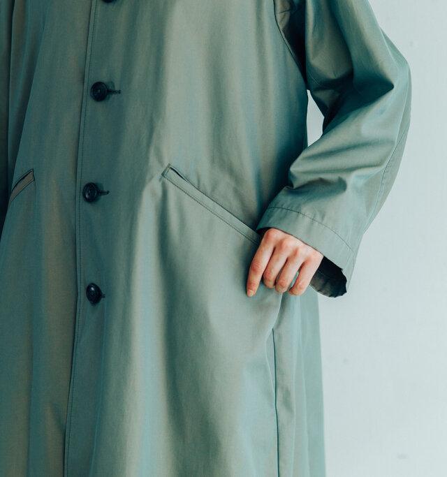 雨風やほこりからポケットを守るために付いている「フラップ(ひらひらした布部分)」は、屋内では中に入れるのがマナー。このコートのフラップも、ポケットの中に仕舞いこむことができます。