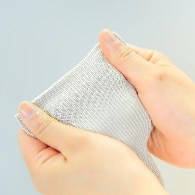 柔らかなトーンのベージュはどんなスタイルにも相性がよく、靴下合わせに困ったときの強い味方に。