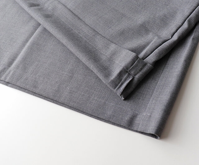 素材にはさらりとした、上品なとろみのあるサマーウールを使用。 ウォッシャブルウールなので扱いやすく、シワにもなりにくいのも嬉しいポイントです。