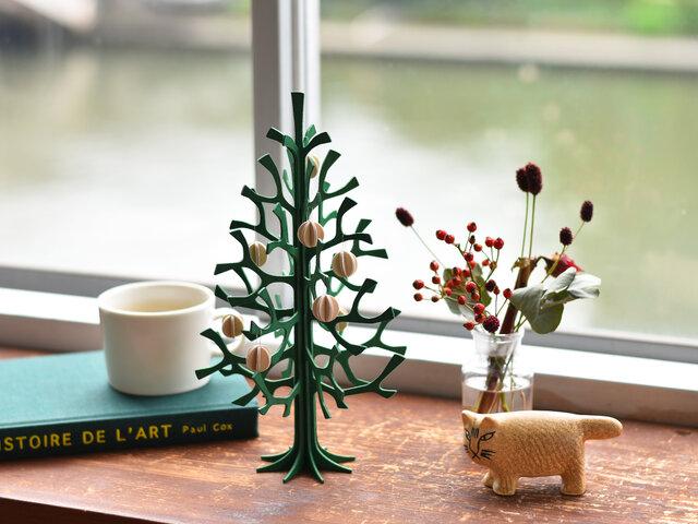 ツリーだけで飾ってもシンプルで素敵ですが、別売りのオーナメントを付けると華やかさやあたたかさがプラスされて、また違った魅力が味わえます。