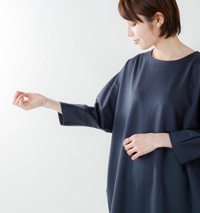 お袖はゆったりしたドルマンスリーブ。7分袖が腕回りをすっきりと見せます。 両サイドには便利なポケット付きです。