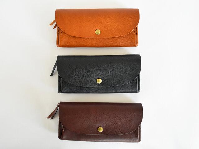色はキャメル、ダークブラウン、ブラックと、オーソドックスな3色です。シンプルなデザインで飽きが来ず、高品質な革が織りなす経年変化を、毎日の生活の中で楽しむことができます。