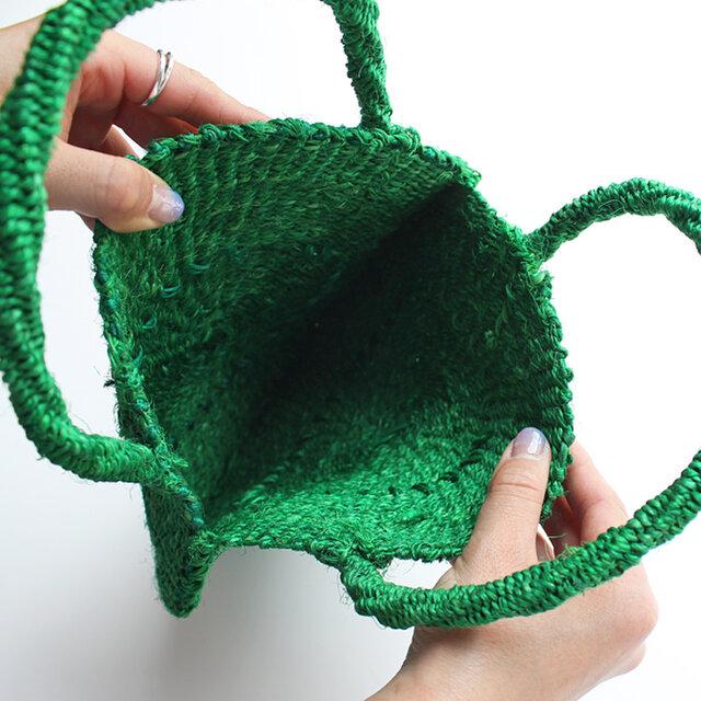 ハンドメイドで1つ1つ丁寧に編まれたかごバッグは耐久性もあり、長く愛せる一品です。