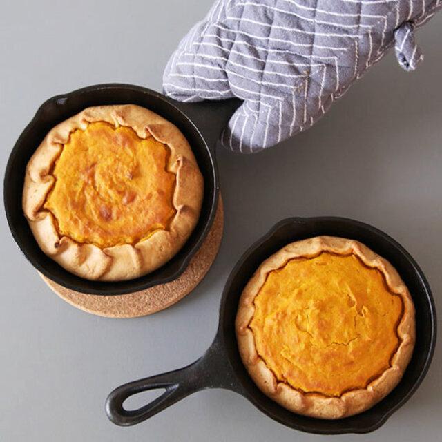 ふわっとしたパンケーキから定番の煮込み料理、焼き目をつけたジューシーなステーキ。 幅広く調理に使えるロッジのスキレット。 武骨な黒は、食材をいっそう鮮やかに見せてくれます。 使い込んで、自分色に育てられるスキレットを、ぜひ一度お試しください。