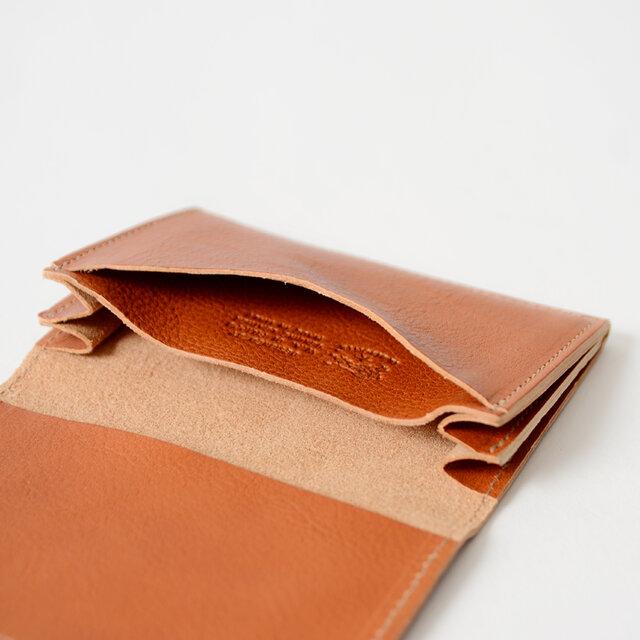 扇状に開く横マチ付き。裏側にもさりげなくブランドロゴが刻印され、こだわりを感じるデザインです。