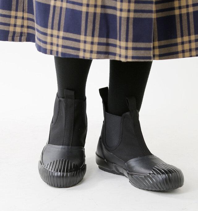 生地にラバーを貼り合わせることで防水性を高めた全天候型のサイドゴアブーツです。フィット感が高く、脱ぎ履きが容易になのも嬉しいポイント。
