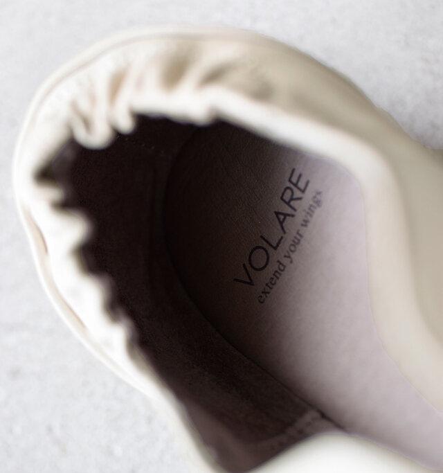 シューズ内はレザーが貼られ贅沢な仕上がり。程よいクッション性のあるインソールで足の疲れを軽減します。踵部分のシャーリングが足へのフィット感を高めて、快適な歩行をサポートします。また踵を包み込むライニング部分は、革のスエードになった面に切り替えられ、滑り止めの効果を発揮します。
