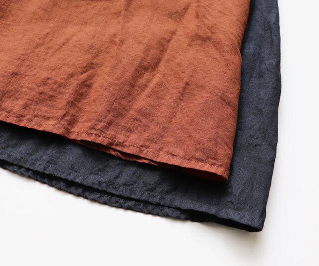 カラーは、オレンジブラウン、スミクロの2種類。 軽やかなリネン素材は着こむほどにくったりと馴染んできます。