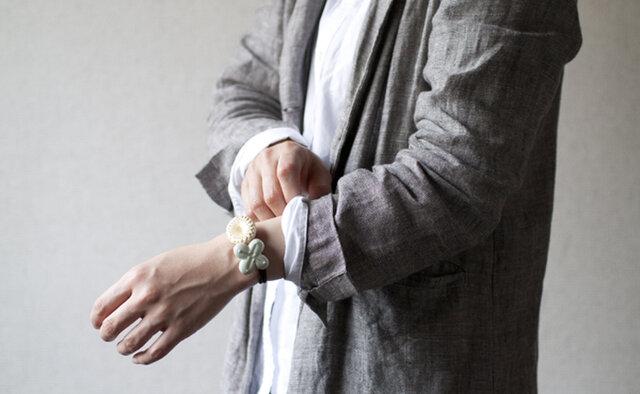 ブレスレットのように腕につけても素敵。シンプルなお洋服の袖をまくって、お花をさりげなく目立たせて。