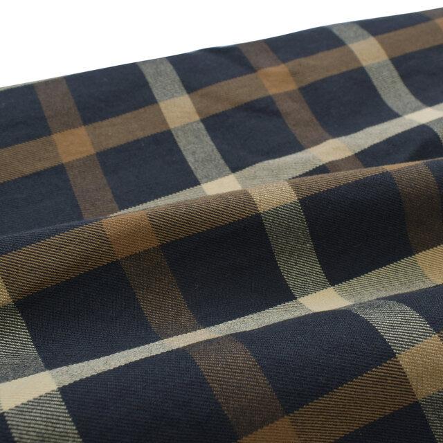 コットンを微起毛させた先染めチェックを使用。高密度で織られており、しっかりとした厚みでありながら、柔らかさもある生地に仕上がっています。