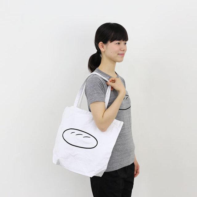 2013年10月、Noritakeさんが小豆島のアーティストレジデンス「ei」滞在中、坂手でお店を経営する人々と交流しながら制作した冊子「坂手17の店」に掲載された、パンのイラストをモチーフとしたトートバッグ。