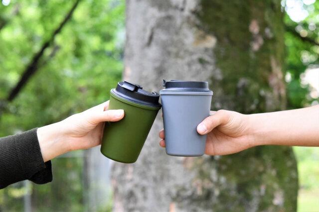 こちらは新色のレド・グレー(右)とオリーブ(左)。 ※アイテムはデミタとは異なります※  LEAD GRAYは鉛色の意味。金属のような重みを感じさせるクールなカラー。 ミリタリーライクなオリーブはカーキよりも暗めの色味でコーヒーのイメージにもぴったりの色です。