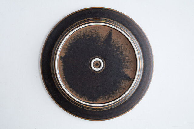 独特の釉薬による味わい深い色合いでお料理が映えます。色味など一点一点異なる表情を持っているのもRuskaの人気ポイントです。