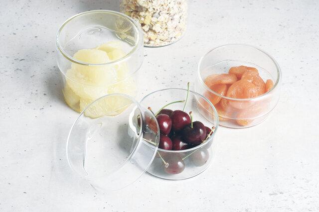 耐熱ガラスを使用しているので、小物整理以外にも食材の冷蔵保存や、そのまま電子レンジで加熱することも可能なので便利に使用いただけます。熱湯消毒もできるので、食品を入れても匂い移りもなく、いつまでも清潔に使用できます。
