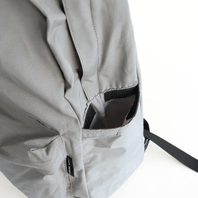 もう片方には定期やICカードなどが入る、ベルクロ付きのポケットが付いています。ベルクロは開けやすいように、指1本が入る分の隙間を開けています。