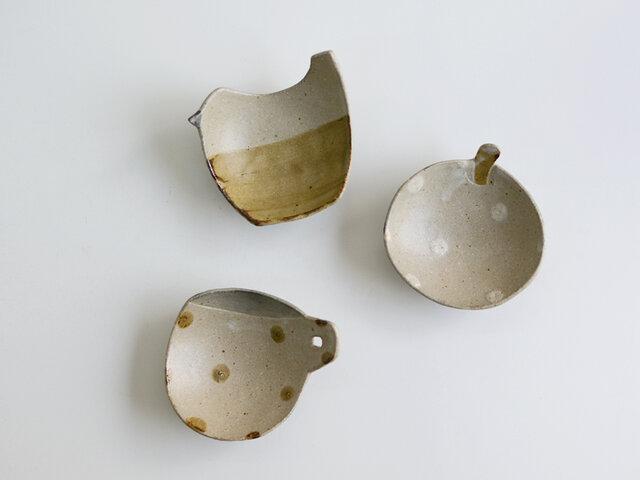 こちらは、三つ足豆皿。親しみのあるモチーフが、和みます。