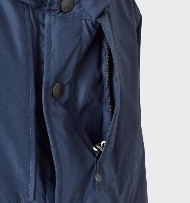 左胸部分にはファスナーポケットをデザイン。