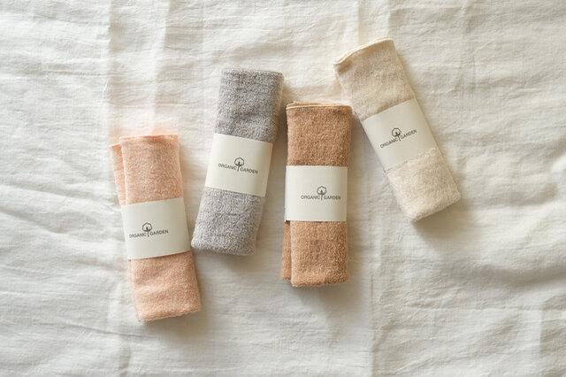 左から、アースレッド、アースグレー、茶綿、生成
