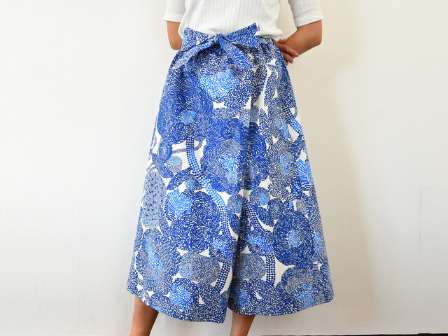 型紙を使って、キュロットパンツを作ってみませんか?こちらは、前から見ると生地が重なっているラップ型になっているので、一見するとスカートのようにも見えるデザイン。