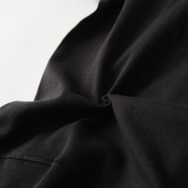 とても伸縮性に優れていながら型崩れしにくい、「Gymphlex」を代表する素材の一つであるインターロックを採用。生地の段階で傷みにくいウォッシュ加工を施し、表面の毛羽を取り除いた、滑らかな表面感が魅力です。