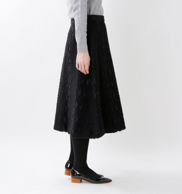 自然なドレープを生みながら、美しいAラインを描いて広がるフレアシルエット。ふくらはぎの高い部分までのミモレ丈で、大人っぽい上品な着こなしにぴったりな丈感です。