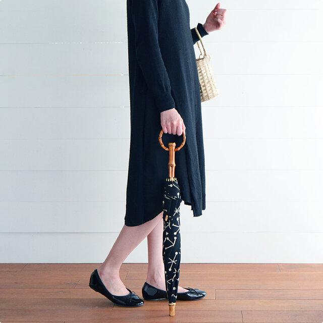 こちらの日傘は、すっきりした姿が美しい長傘タイプ。持ち手分と留め具、石突き部分には天然の竹を使用し、中棒にはしっかりとした樫の木を採用、細部にまでこだわって作られています。