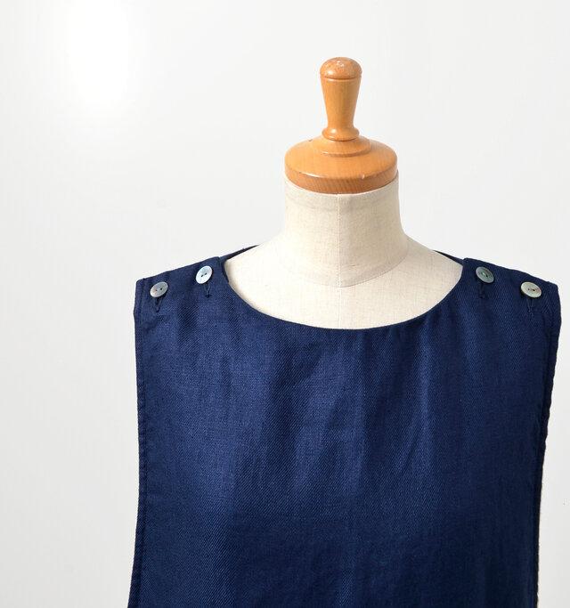 デコルテが美しく見える程よい開きのクルーネック。アクセサリーも映えるデザインです。両肩釦開き仕様で、上品で美しい光沢のシェル釦が、さり気ないアクセントに。