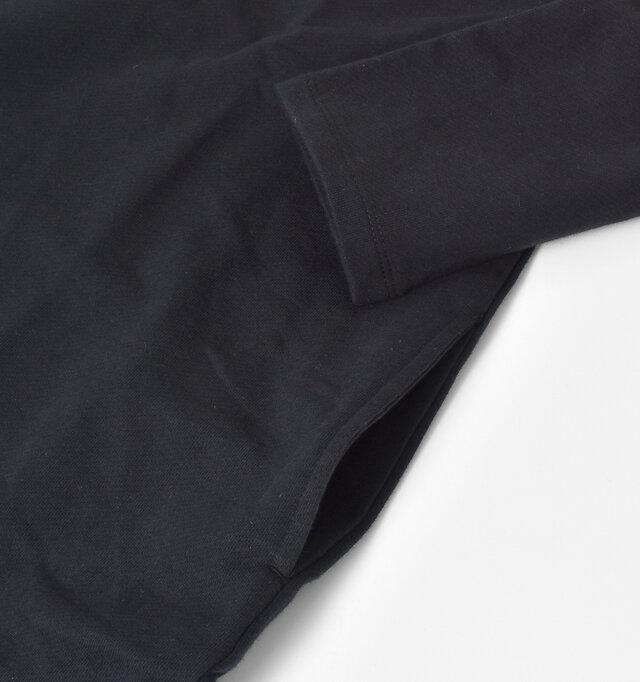 両サイドには、シンプルなポケットが付いています。