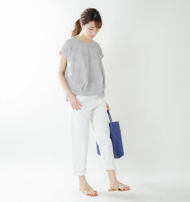 model kanae:167cm / 48kg color : gray / size : S   ホワイトカラーのボトムスなど、カジュアルなコーデの時に合わせても軽やかな質感と落ち着いたカラーで上品な装いにまとめてくれます。ラフに着ても丸みのあるネックラインで、女性らしさを添えてくれるのも嬉しいですね。