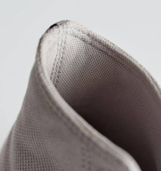 フィット感向上と、美しいシルエットをキープするフォーム内臓のライニング。メッシュ素材には消臭抗菌加工を採用。