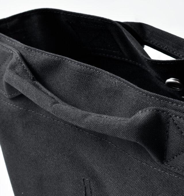 クッション性に優れたハンドル付きで手提げバッグとしても活躍。