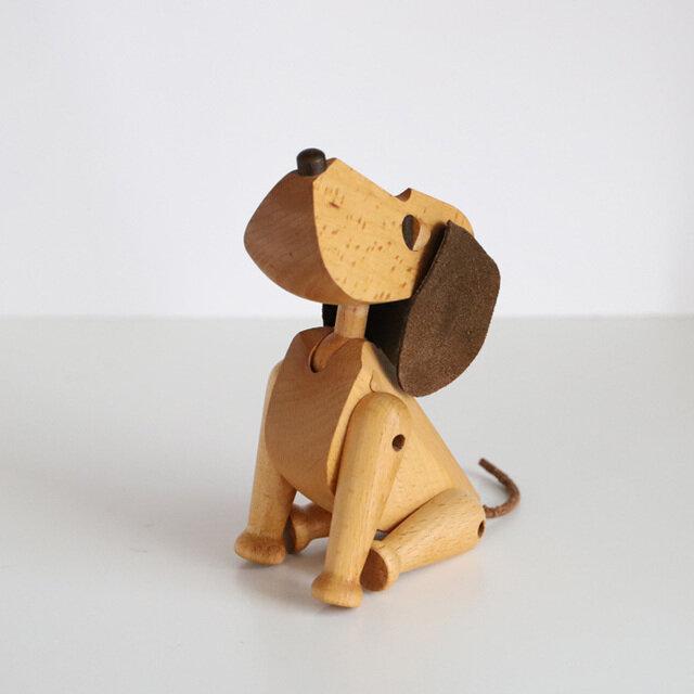1953年にデンマークの建築家Hans Bolling(ハンス・ブリング)によって作られた犬のオブジェ「オスカー」の復刻版です。 オスカーは首と手足が動かせますので、体の動きに合わせていろいろな表情になります。 おすわり・お手・伏せも簡単で、楽しそうに上を見上げたり、ちょこんと座ったり、のびをしたり、時には何気ない後ろ姿に哀愁さえ感じてしまいます。