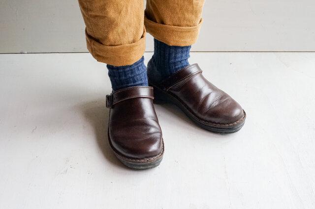 もんぺやNAOTとの相性もバッチリ。パンツやスカートの裾から、チラリと見せたくなる靴下です。