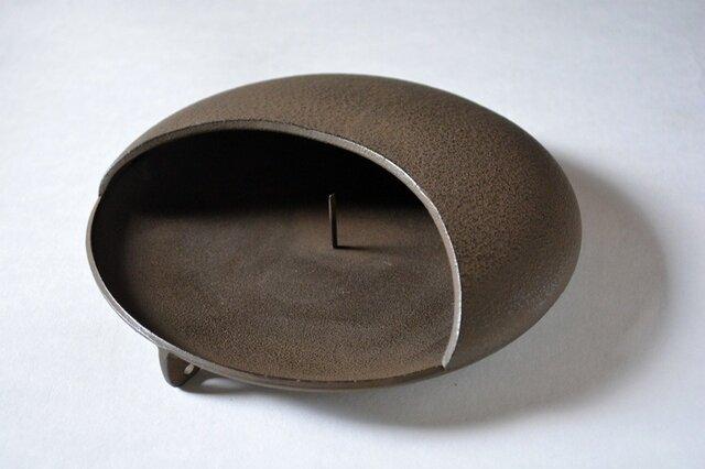 中央の芯に蚊取線香を差し込んで使用するシンプルな造り。