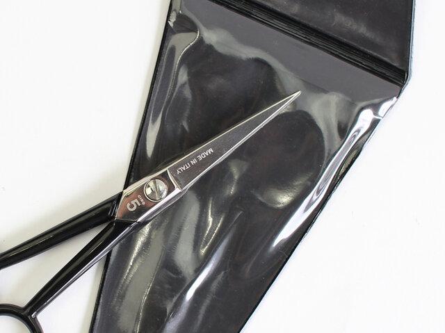 はさみにはスタイリッシュな専用ケースも付いています。刃先でケガをする心配もなく、安心して持ち運びできる上に、使用後も大切に保管できます。