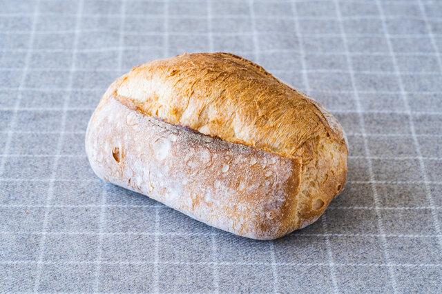 信州産小麦を使ったカンパーニュ。食感はやわらかく、もっちり。少量のオリーヴオイルを混ぜ込むことで皮がやわらかく焼きあがります。食べやすく、合わせるお食事を選びません。サンドウィッチにもおすすめ。  原材料 小麦粉、砂糖、塩、オリーヴオイル、パン酵母