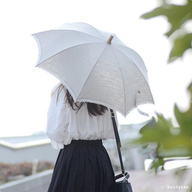 長傘は、リネン生地の耳の部分をそのまま生かした表情豊かなデザイン。さりげなく遊び心をプラスした、他にはないこだわりのある仕上がりです。 (光の受ける方向により淡い色合いに見えますが、実際は下のような生地の色合いです)