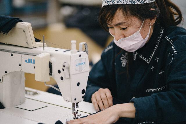 縫製職人さんの手で、平面から立体になっていく。