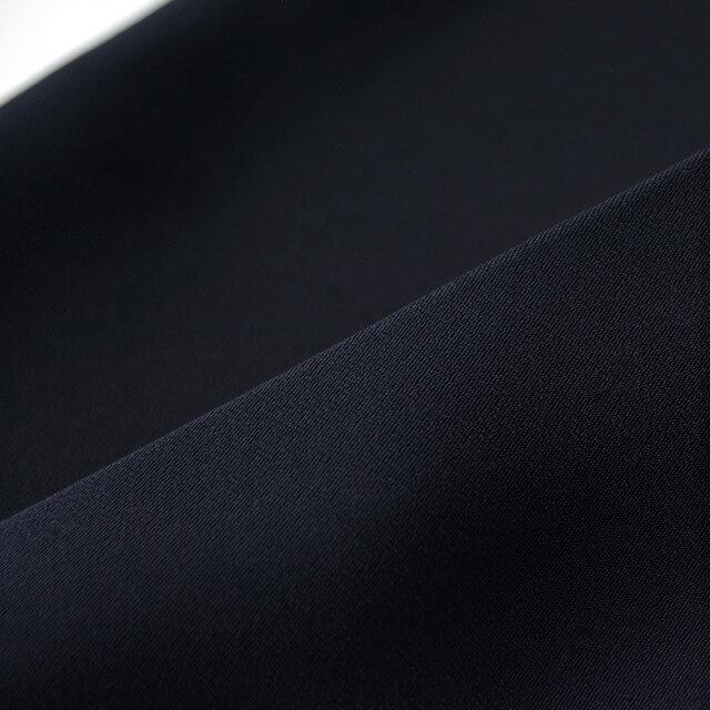 さらりとした肌触りの良い、強撚糸を使用したポリエステルダブルサテンを採用。シワになりにくく、ご自宅でのお洗濯も可能な扱いやすい素材です。