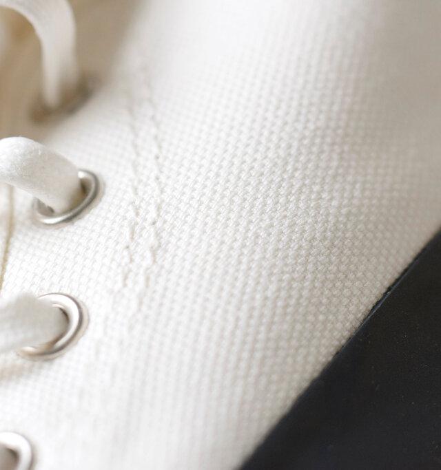 しっかりとハリのあるキャンバス素材が爽やかな印象。丁寧なステッチもいいアクセントになっています。