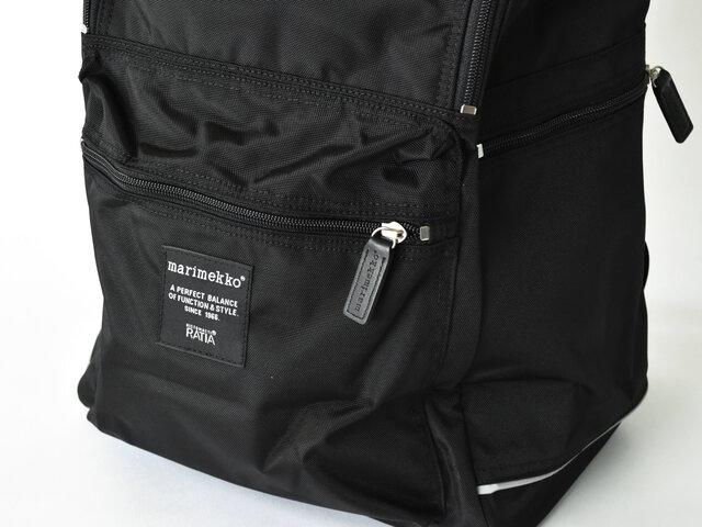 外側のポケットは、正面と左右の全部で3つ。ポケットがたくさんあれば、整理しやすく、すぐに出したい携帯電話や鍵なども迷子になりません。