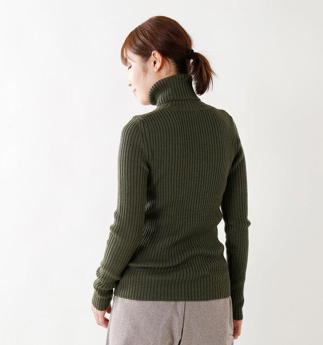 インナーや羽織りを重ねても響きにくいのでデイリーに着やすいのも好ポイントなニットです。
