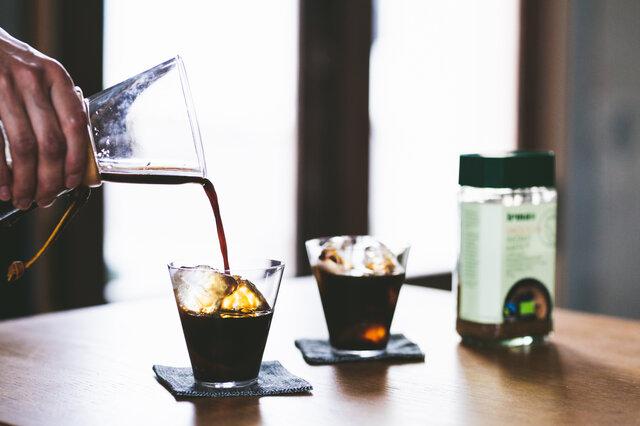 熱湯で濃いめに溶いて氷の上に注いだら、後口すっきりアイスコーヒーの出来上がり。