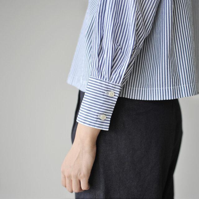 袖のロングカフスがカジュアルすぎず、キレイめな印象に。 さらに袖口に施された二本のタックがスマートに見せてくれます。