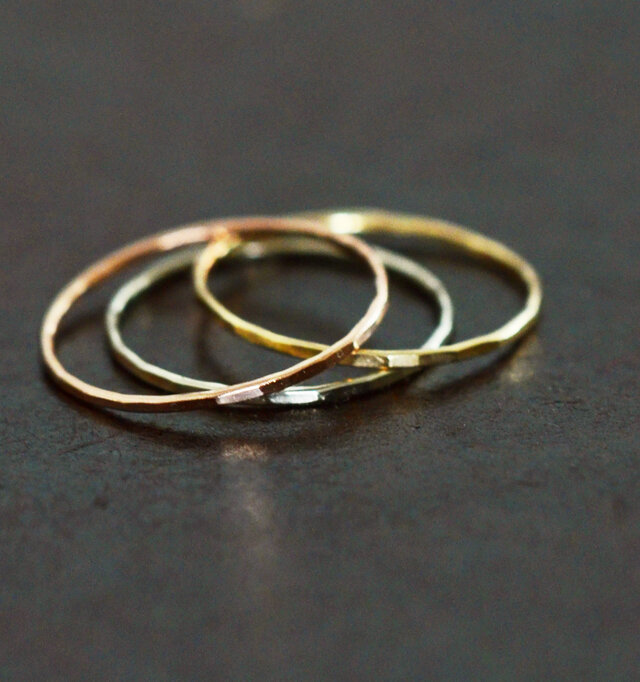 ゴールドの素材感を生かした華著でシンプルなデザインが好印象。淡い色合いなので違う色を組み合わせて着用するのもおすすめ♪