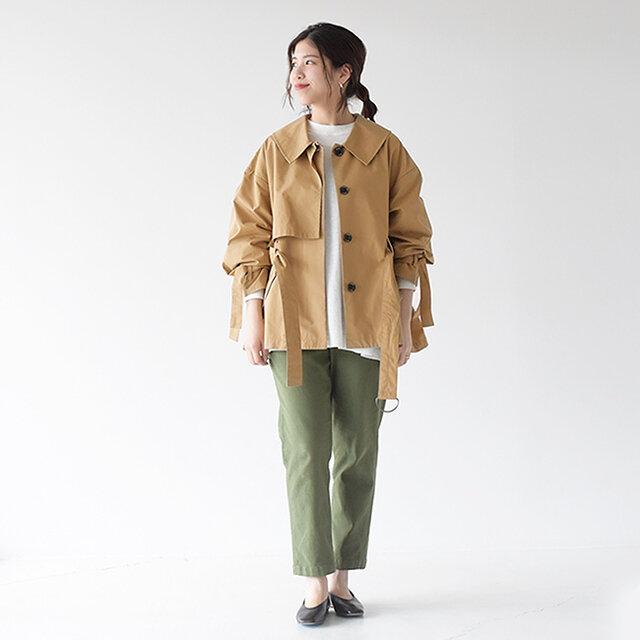 細かく作り込まれた魅力の詰ったのaraara<アラアラ>のショート丈トレンチコートに、DMG<ドミンゴ>のベーカーパンツを合わせたカジュアルスタイリング。 ベーシックなスタイリングも、ディテールにこだわったコートを羽織ることで洗練され、ワンランク上の着こなしを叶えてくれますよ♪