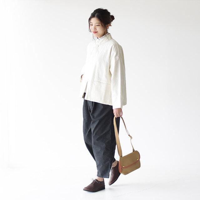 リネンと綿をバランス良く混紡した生地のホワイトジャケットは、よりナチュラルで柔らかな空気を纏っています。  コーディネートのバランスがとりやすいショート丈なので、ワンピースやパンツなど様々なアイテムと相性抜群です。
